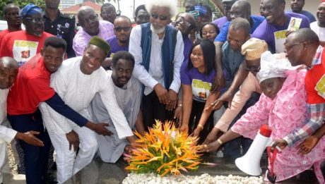 Soyinka, Falana, Others Lay Wreath On Abiola's Grave