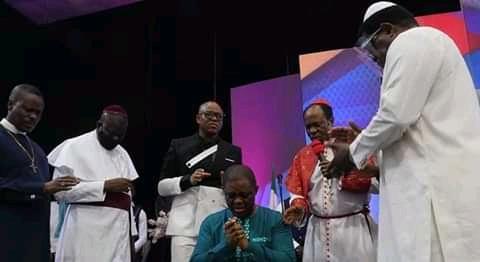 FFK Kneels Down For Prayers